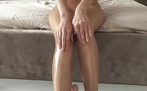 Legs in oil jerk off а big dildo!